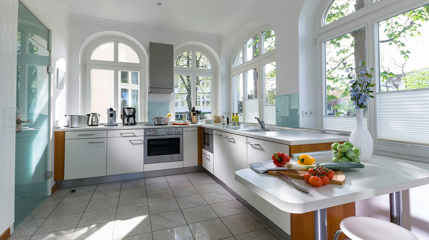 großer Küchenblock mit Elektroherd und -backofen, Mikrowelle, Kaffeemaschine, Wasserkocher uvm.