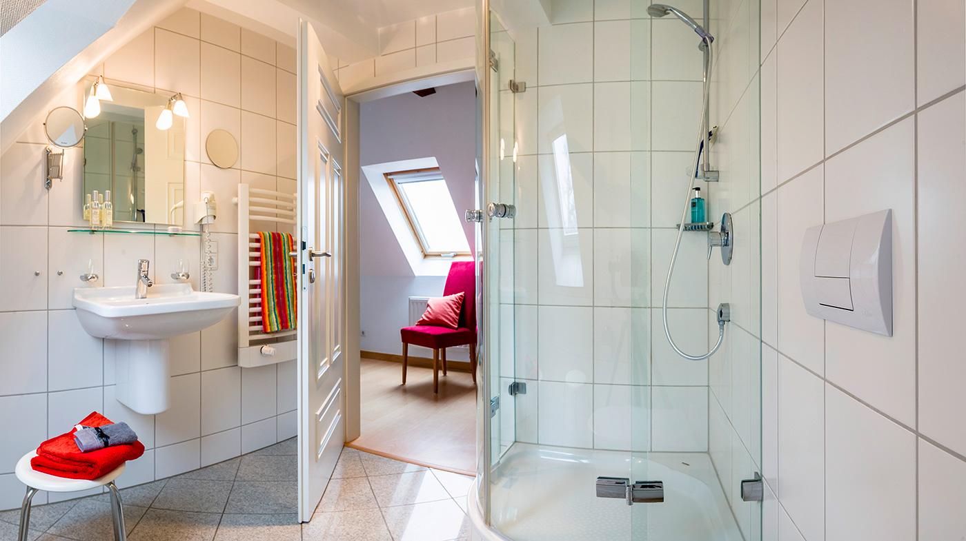 helles Bad mit geräumiger Dusche, Haartrockner und Kosmetikspiegel