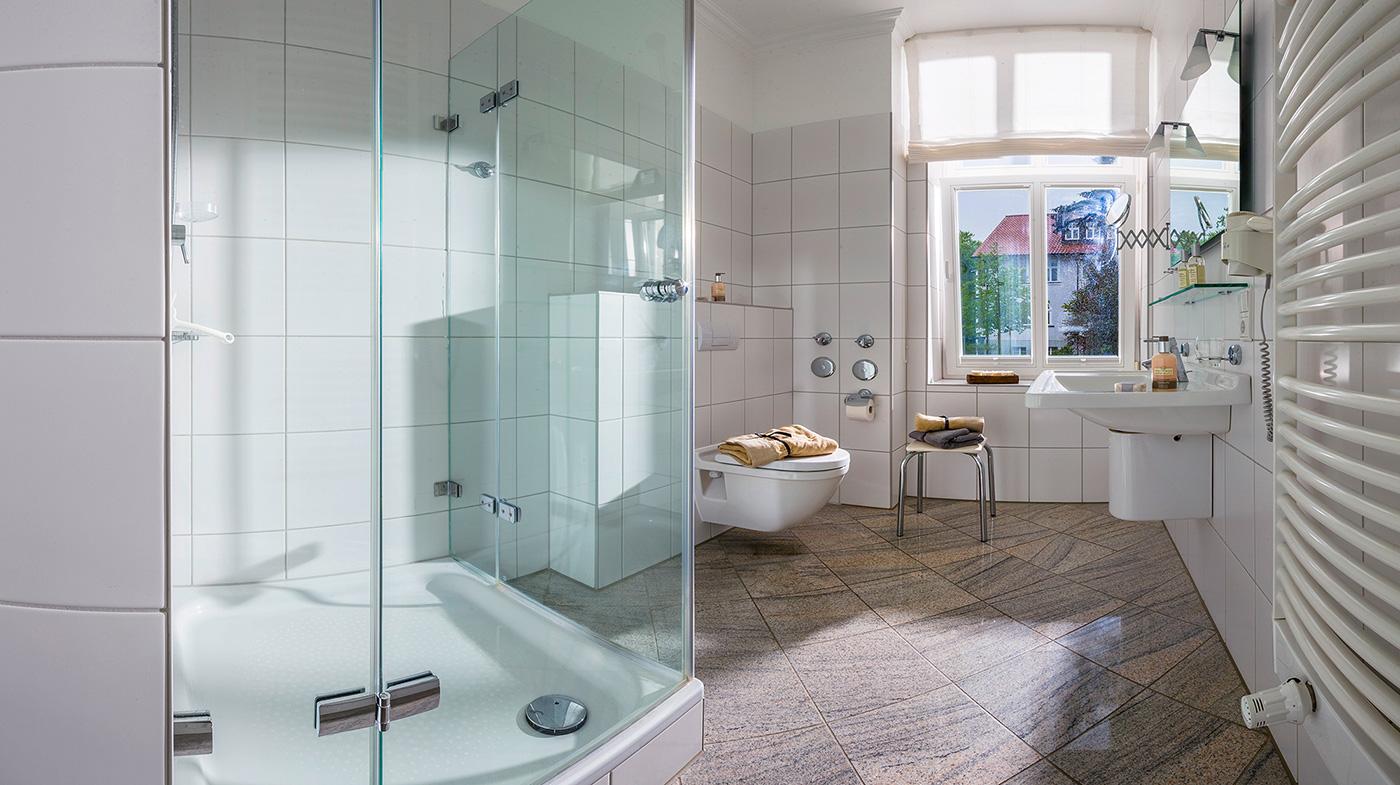 großzügiges und lichtdurchflutetes Bad mit Dusche, Haartrockner und Kosmetikspiegel