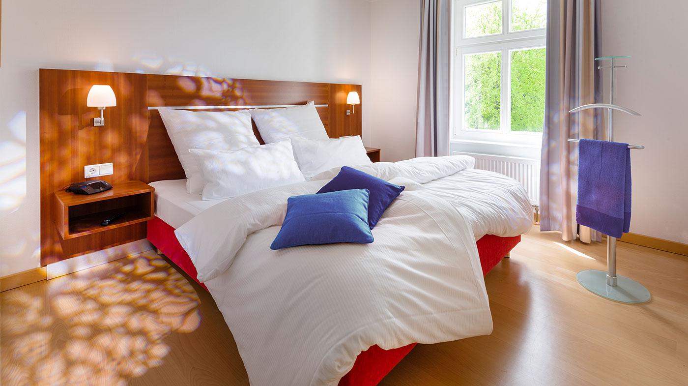 Schlafzimmer mit Doppelbett, Herrendiener und Flachbildfernseher