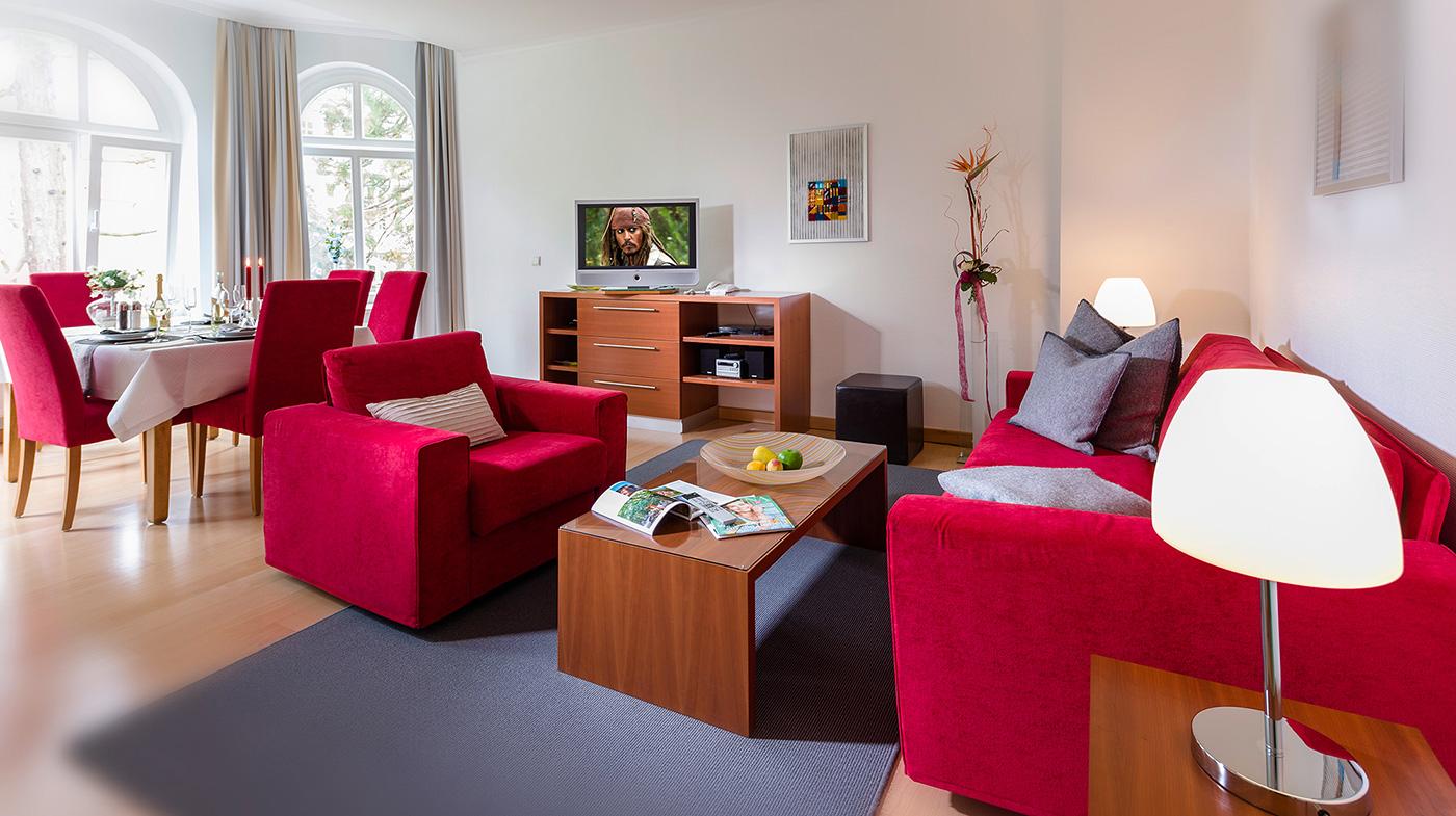 heller und freundlicher Wohnbereich mit großzügiger Sofalandschaft und Esstisch