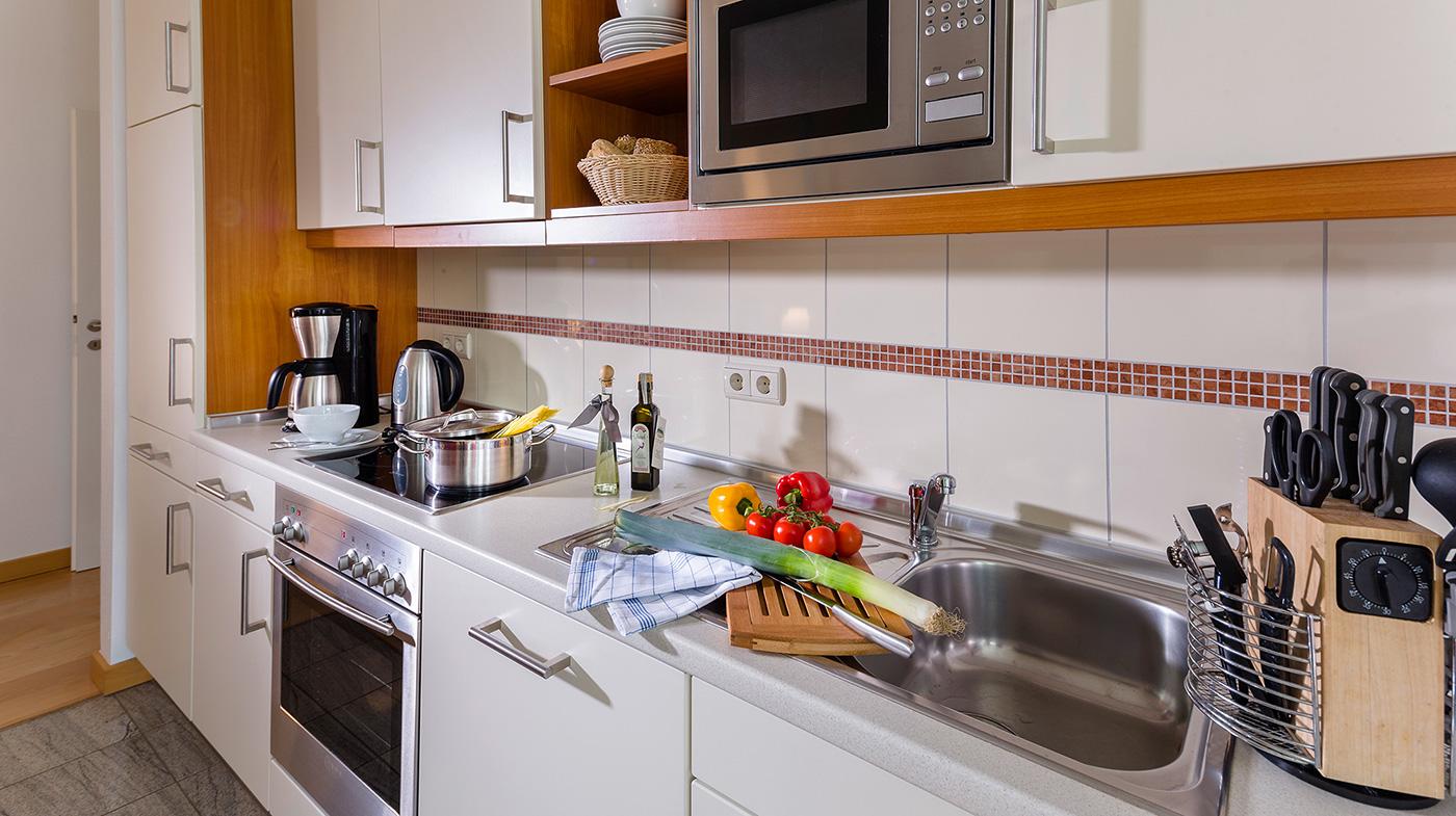 offene Küchenzeile, voll ausgestattet mit modernen Geräten