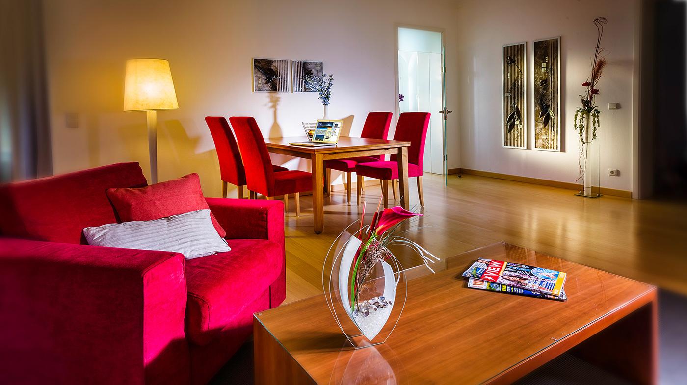 großzügiger Wohnbereich mit Essplatz und stilvoller Dekoration