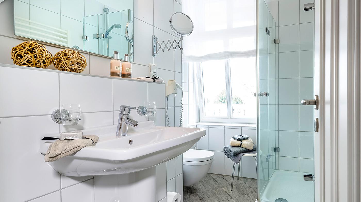 großzügiges Bad mit Dusche, Kosmetikspiegel und Haartrockner