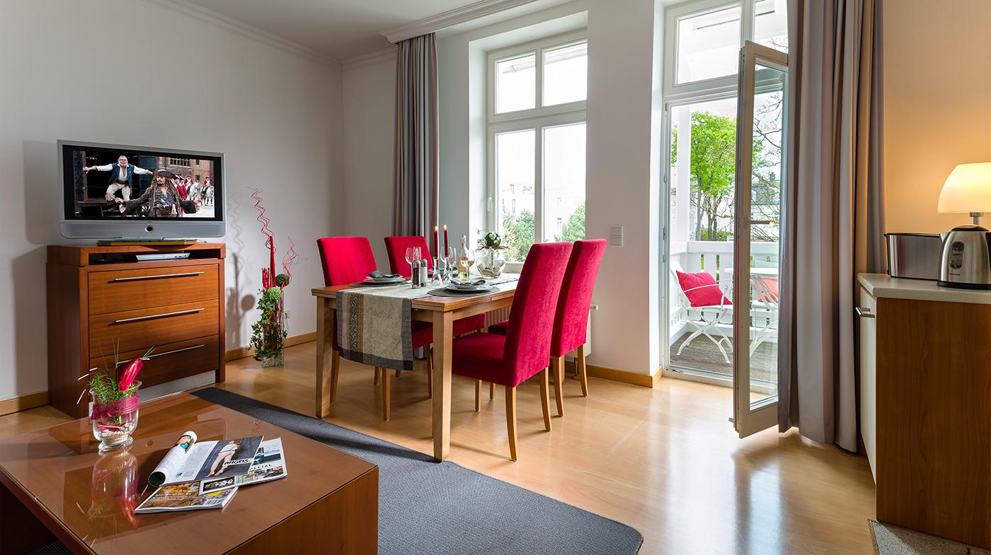 heller Essplatz mit vier Stühlen sowie Zugang zum Balkon