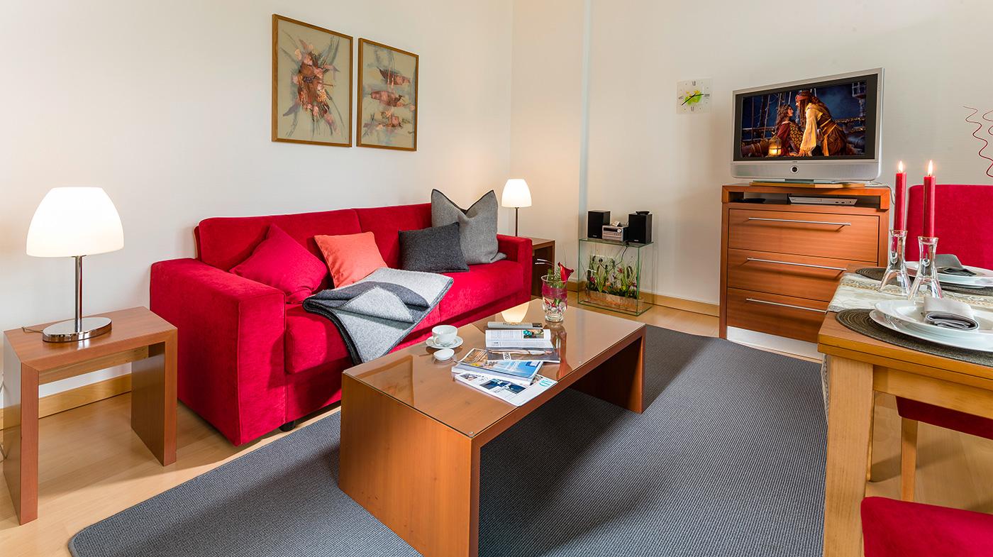 gemütliches Sofa mit Couchtisch und Multimedia System