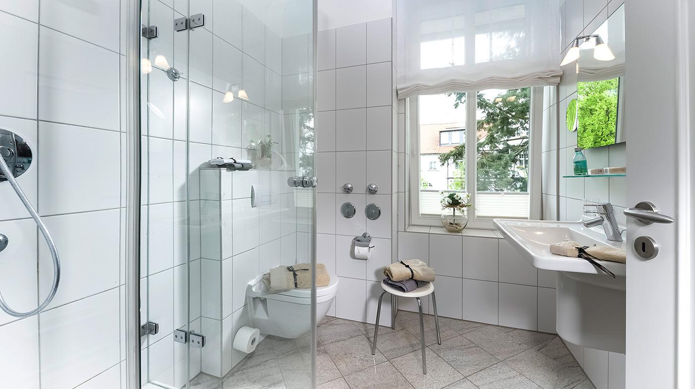 großzügiges und lichtdurchflutetes Bad mit Dusche, Fön und Kosmetikspiegel