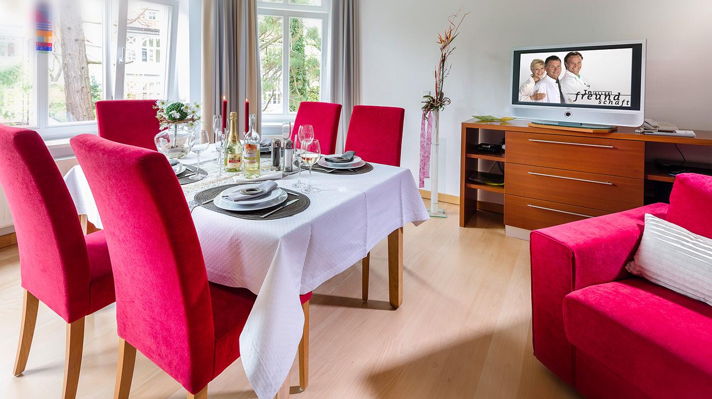 hochwertiger Esstisch mit Platz für bis zu fünf Personen