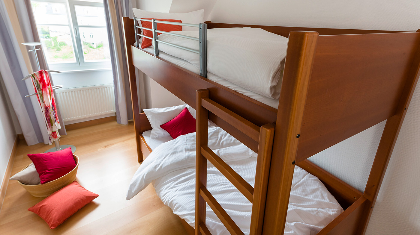 Schlafzimmer mit Etagenbett für zwei Personen und Flachbildfernseher