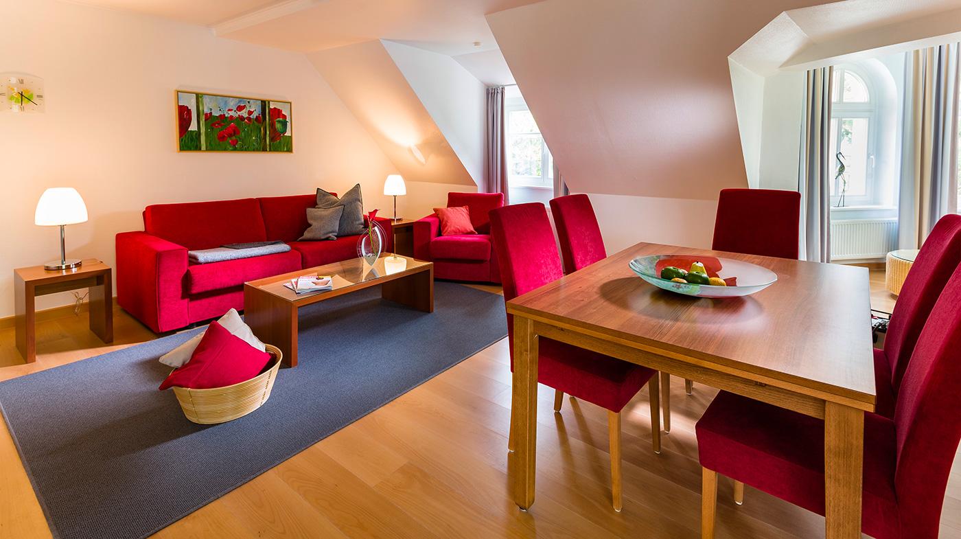 gemütlicher Wohnbereich mit Sitzecke und hochwertigem Esstisch