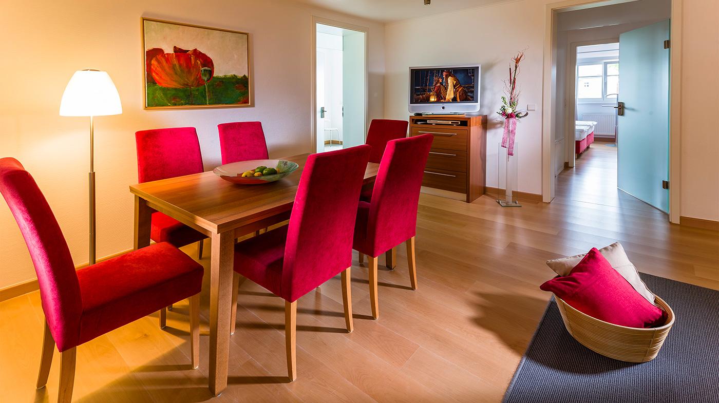 großer Esstisch mit Platz für sechs Personen