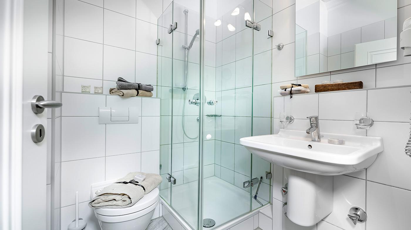 Bad mit Dusche, Haartrockner und Kosmetikspiegel