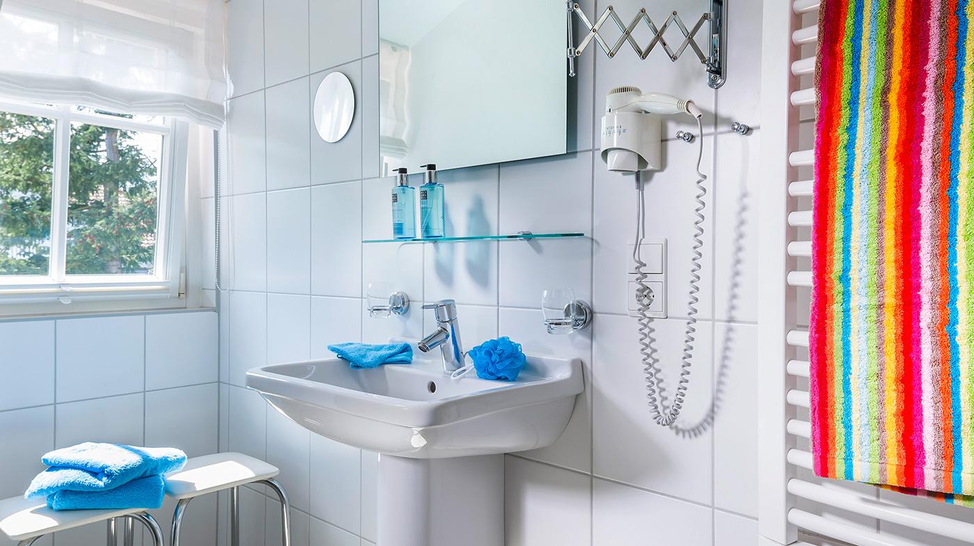 großzügiges und lichtdurchflutetes Bad inklusive Dusche, Haartrockner und Kosmetikspiegel